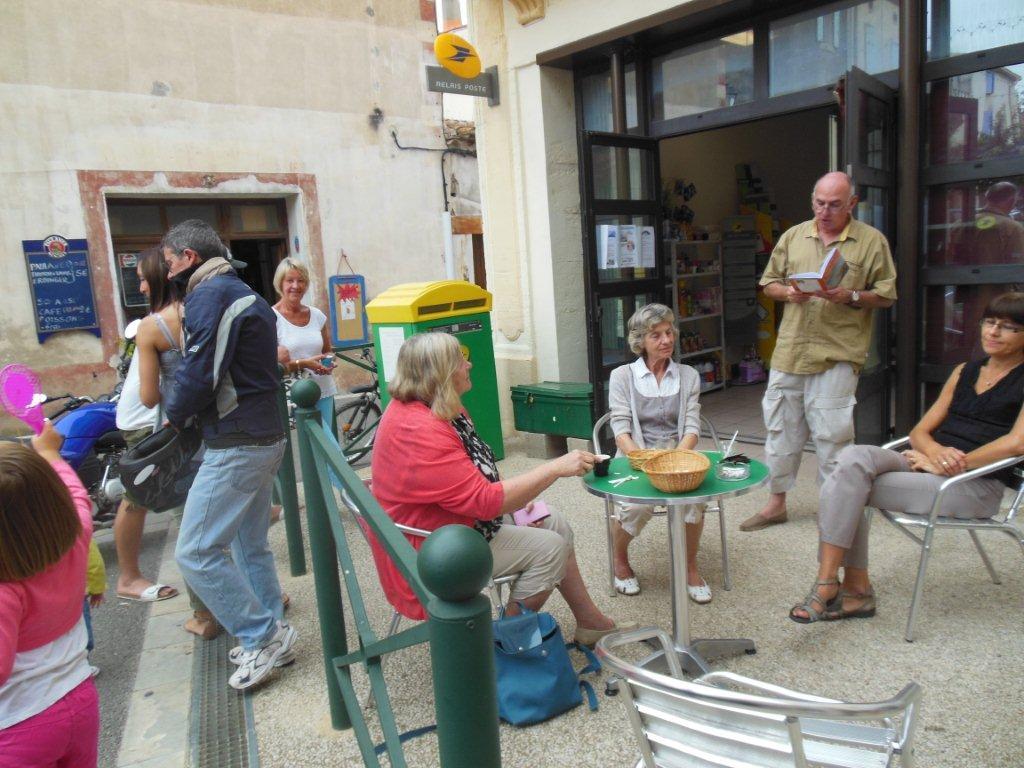 Michel SIDOBRE :Lectures devant l'épicerie de Sainte-Valière
